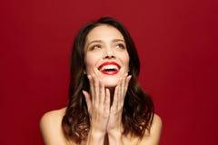 Mujer joven sonriente hermosa con el lápiz labial rojo Foto de archivo