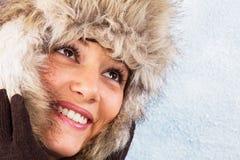 Mujer joven sonriente hermosa con el sombrero de piel Imagenes de archivo