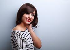 Mujer joven sonriente hermosa con estilo de pelo corto Fotografía de archivo libre de regalías
