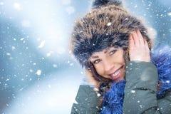 Mujer joven sonriente hermosa en ropa caliente el concepto de P Imagenes de archivo
