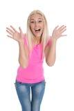 Mujer joven sonriente loca en rosa aislada sobre blanco. Fotografía de archivo libre de regalías