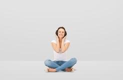 Mujer joven sonriente o muchacha adolescente en auriculares Imagenes de archivo