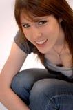 Mujer joven sonriente ocasional Imágenes de archivo libres de regalías