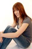 Mujer joven sonriente ocasional Foto de archivo libre de regalías