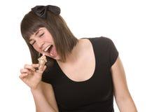 Mujer joven sonriente que come un helado Imagenes de archivo