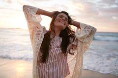 Mujer joven sonriente que disfruta de sus vacaciones de verano Fotografía de archivo libre de regalías