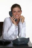 Mujer joven sonriente que habla en el teléfono imágenes de archivo libres de regalías