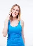 Mujer joven sonriente que habla en el teléfono Imagen de archivo libre de regalías