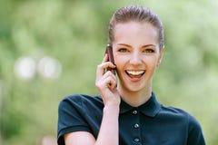 Mujer joven sonriente que habla encendido Fotos de archivo