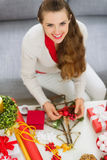 Mujer joven sonriente que hace decoraciones de la Navidad Fotos de archivo libres de regalías