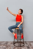 Mujer joven sonriente que hace la foto del selfie en smartphone Foto de archivo libre de regalías