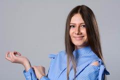 Mujer joven sonriente que mira la cámara Fotos de archivo libres de regalías