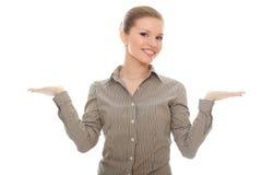 Mujer joven sonriente que muestra algo en sus manos Fotografía de archivo