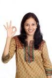 Mujer joven sonriente que muestra la muestra ACEPTABLE Foto de archivo libre de regalías