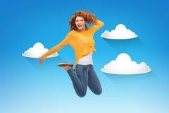 Mujer joven sonriente que salta en aire Fotos de archivo