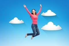 Mujer joven sonriente que salta en aire Imagen de archivo libre de regalías