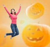 Mujer joven sonriente que salta en aire Fotografía de archivo
