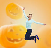 Mujer joven sonriente que salta en aire Foto de archivo libre de regalías