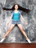 Mujer joven sonriente que salta en aire Fotografía de archivo libre de regalías