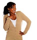 Mujer joven sonriente que señala su izquierda Fotografía de archivo libre de regalías