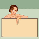 Mujer joven sonriente que se inclina contra un tablero en blanco Fotografía de archivo