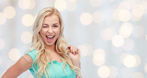 Mujer joven sonriente que sostiene su filamento del pelo Foto de archivo