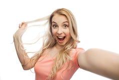 Mujer joven sonriente que toma el selfie Foto de archivo