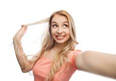 Mujer joven sonriente que toma el selfie Fotografía de archivo