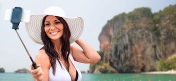 Mujer joven sonriente que toma el selfie con smartphone Imágenes de archivo libres de regalías