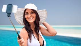 Mujer joven sonriente que toma el selfie con smartphone Imagen de archivo