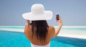 Mujer joven sonriente que toma el selfie con smartphone Foto de archivo libre de regalías