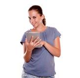 Mujer joven sonriente que usa su PC de la tablilla Fotos de archivo libres de regalías