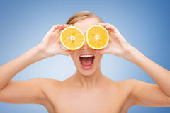 Mujer joven sorprendente con las rebanadas anaranjadas Imágenes de archivo libres de regalías