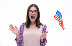 Mujer joven sorprendida con la bandera de los E.E.U.U. Foto de archivo