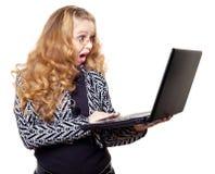 Mujer joven sorprendida con la computadora portátil Fotos de archivo