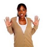 Mujer joven sorprendida con la mano para arriba Foto de archivo libre de regalías