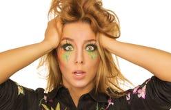 Mujer joven sorprendida con maquillaje brillante Foto de archivo libre de regalías