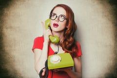 Mujer joven sorprendida hermosa con el teléfono retro Fotos de archivo