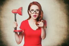 Mujer joven sorprendida hermosa con la lámpara Imagen de archivo libre de regalías