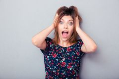 Mujer joven sorprendida que grita Imagen de archivo