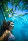 Mujer joven subacuática foto de archivo libre de regalías