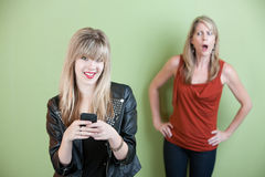 Mujer joven Texting Imagenes de archivo