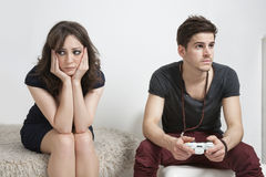 Mujer joven trastornada con el hombre joven que juega al videojuego fotografía de archivo libre de regalías