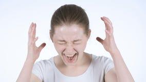 Mujer joven trastornada de griterío del pelirrojo, fondo blanco almacen de metraje de vídeo
