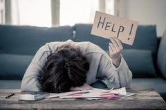 Mujer joven trastornada que pide ayuda en problemas de las finanzas del hogar o del negocio de la hipoteca de las cuentas que pag fotos de archivo