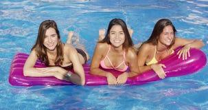 Mujer joven tres que flota en un colchón de aire almacen de metraje de vídeo