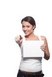 Muchacha triguena joven casual que lleva a cabo la muestra Fotos de archivo libres de regalías
