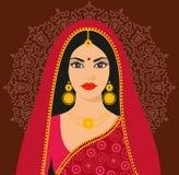 Mujer joven triguena india hermosa en sari colorida Fotografía de archivo libre de regalías
