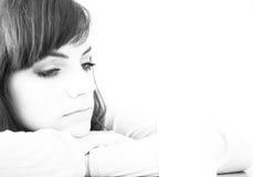 Mujer joven triste con el fondo blanco abstracto Foto de archivo libre de regalías