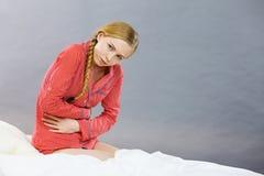 Mujer joven triste del adolescente en dolor de la sensación de la cama Fotos de archivo libres de regalías